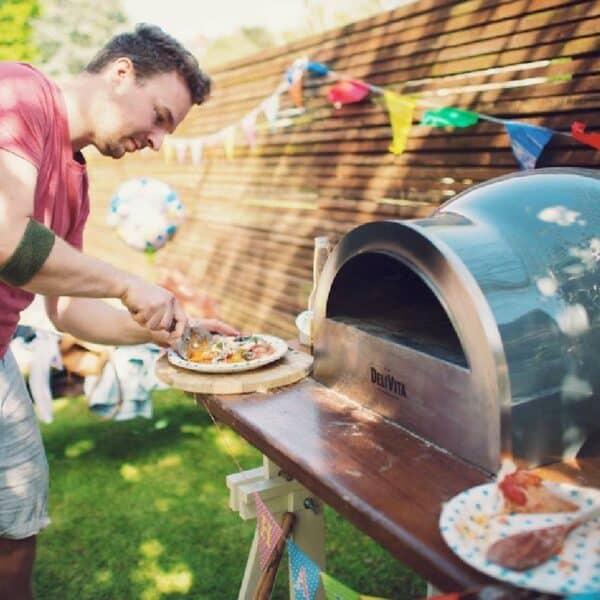 préparation pizza avec four à bois delivita