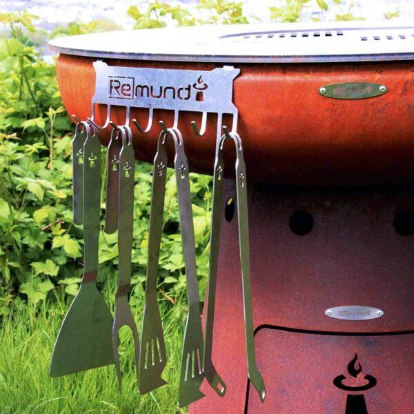 ustensiles remundi suspendus au brasero barbecue